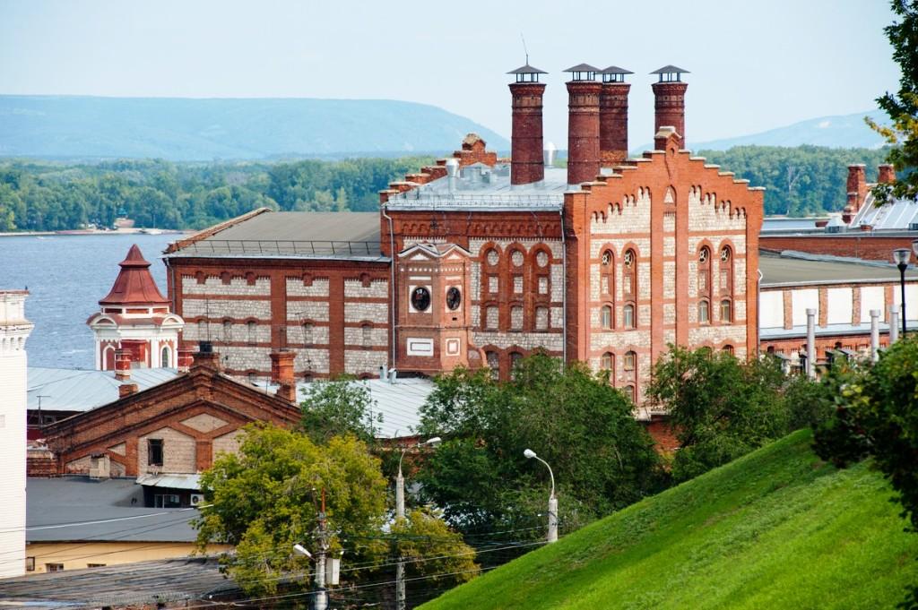 Вид на здания Жигулевского пивоваренного завода из города
