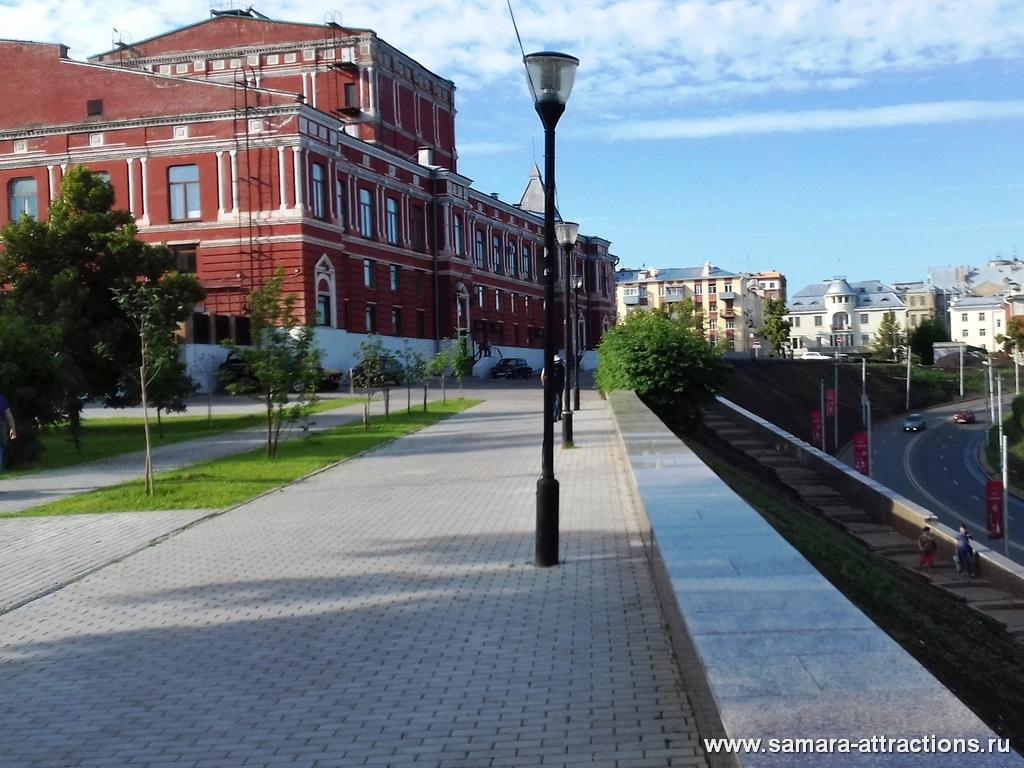 Вид на Драмтеатр из сквера Пушкина