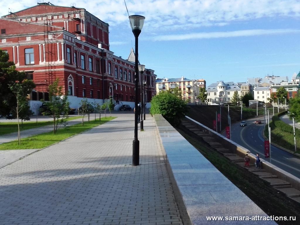 Вид на Театр драмы со стороны Сквера Пушкина