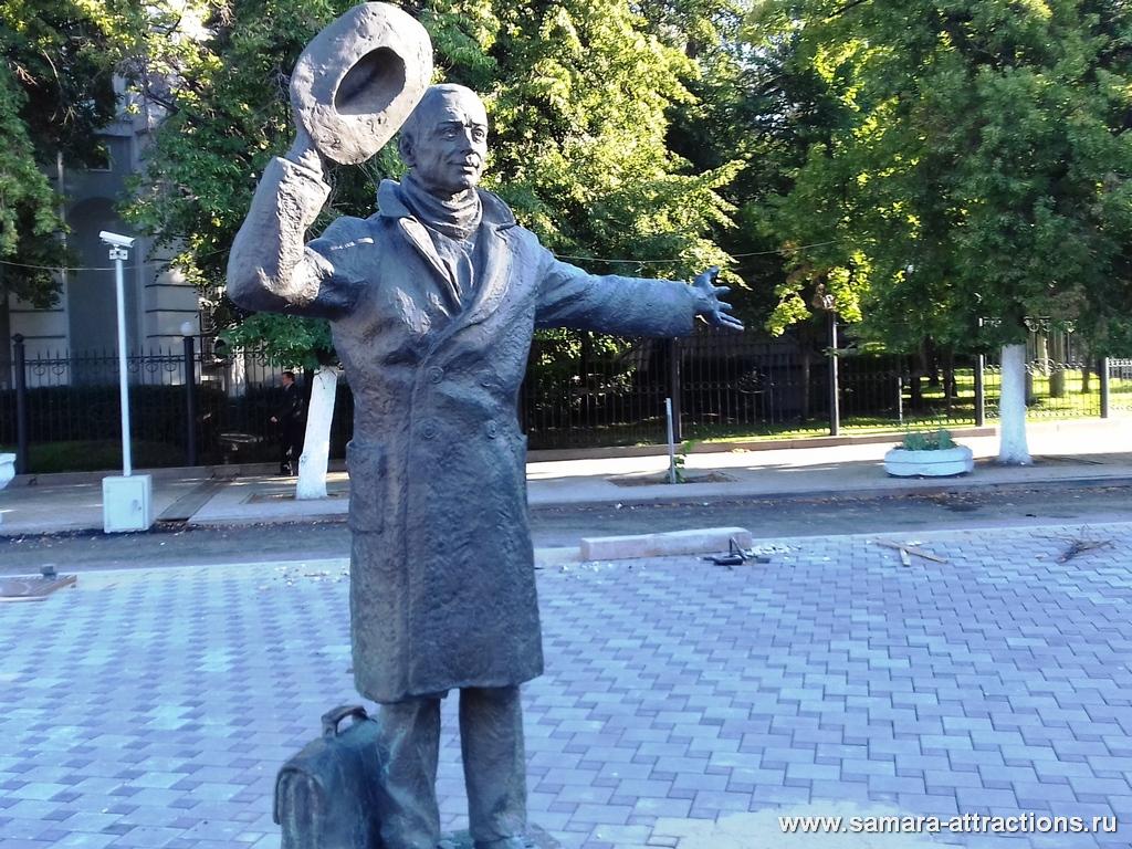 Скульптура Юрия Деточкина на Комсомольской площади в Самаре