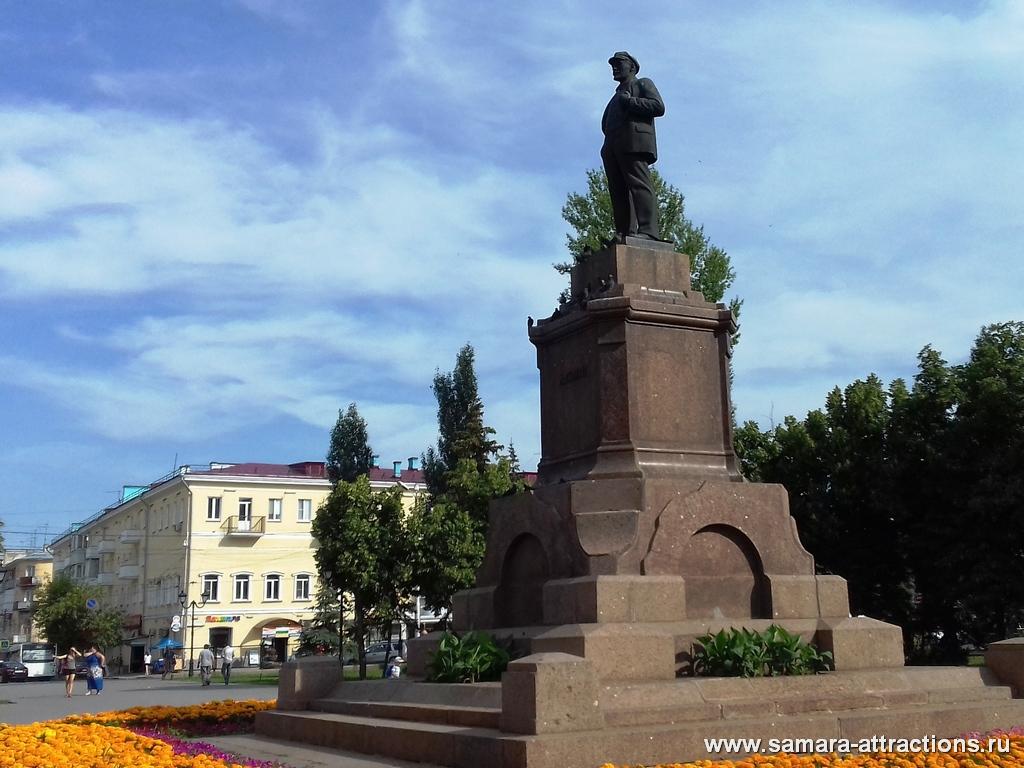 Памятник Ленину на пл. Революции