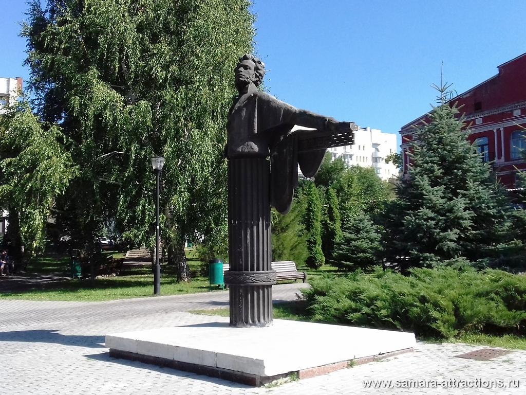 Памятник Пушкину в сквере