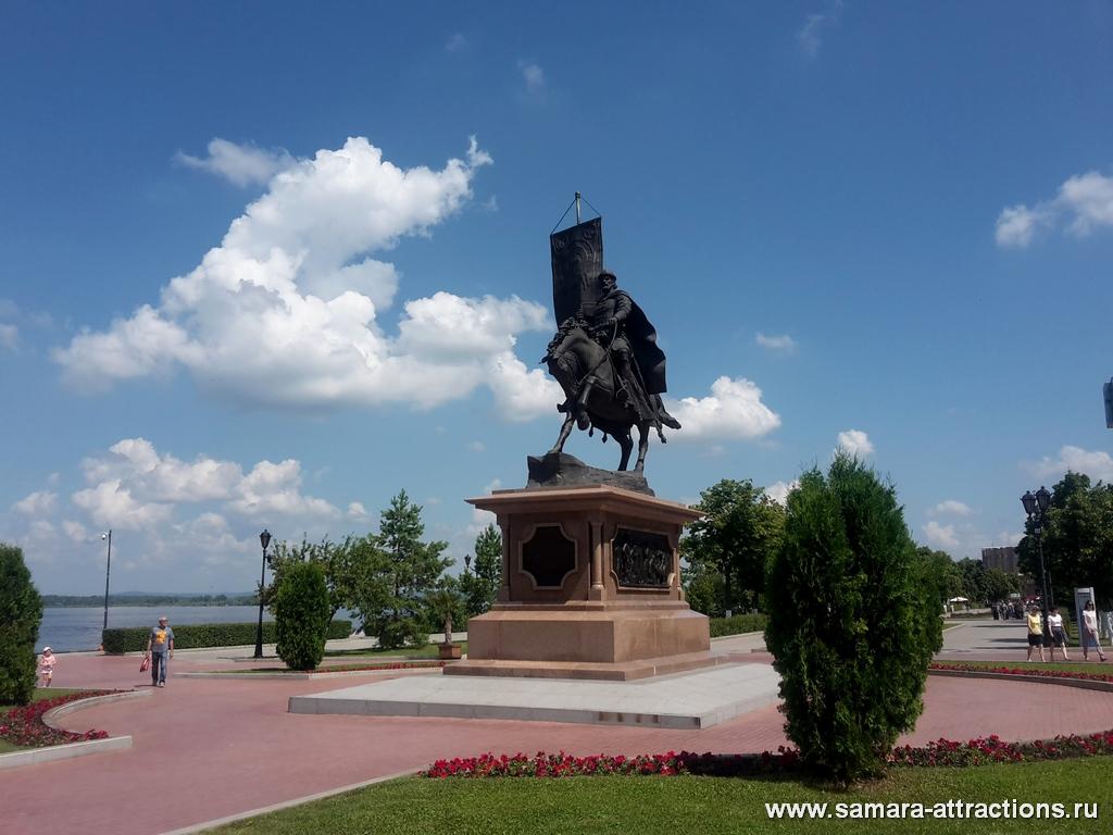 Памятник основателю Самары князю Засекину